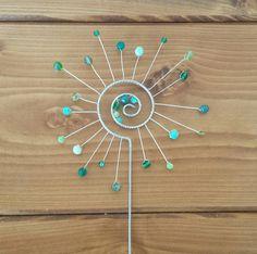 Zápich sluníčko - zelené Copper Wire Crafts, Copper Art, Cork Crafts, Bead Crafts, Carillons Diy, Wire Bookmarks, Wire Ornaments, Metal Yard Art, Wire Flowers