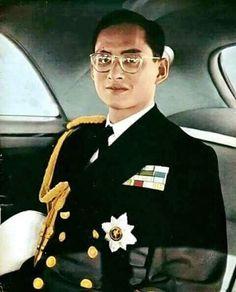 Long live the King Thailand King Bhumipol, King Rama 9, King Of Kings, King Queen, King Thailand, Queen Sirikit, Bhumibol Adulyadej, Curve Design, Great King