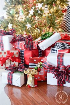 These 25 gift wrapping ideas will bring your wrapping skills to the next level - seriously, I love them! I cannot believe how EASY it is to personalize my gift-giving by just mixing things up with these AMAZING gift wrapping ideas! Whether it is wrapping Christmas gifts or birthday gifts, this list covers everything and has a ton of great ideas! Pinning this for inspiration! #Christmas #Gifts #Family #Presents #GiftWrapping #Ideas #DIY #Holiday