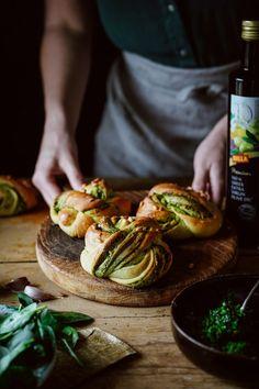 Kysnuté Uzlíky so Špenátom Salmon Burgers, Ethnic Recipes, Food, Breads, Bread Rolls, Essen, Bread, Meals, Braided Pigtails