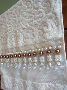 Handtücher (Toilette) - 002 - Toalhas bordadas etc - Bead Embroidery Patterns, Ribbon Embroidery, Embroidery Stitches, Embroidery Designs, Saree Tassels Designs, Saree Kuchu Designs, Beaded Lace, Beaded Jewelry, Decorative Hand Towels