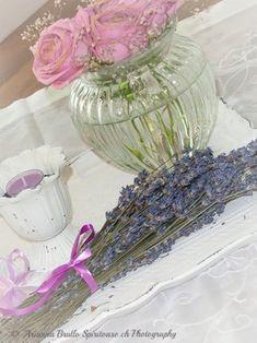 Lavendel -  Ein wunderbares Geschenk der Natur. Lese hier mehr darüber.  Ausserdem findest du in meinem Blog ein einfaches Rezept für Lavendelsirup und Lavendelzucker. Glass Vase, Blog, Home Decor, Nature, Gifts, Interior Design, Home Interior Design, Home Decoration, Decoration Home