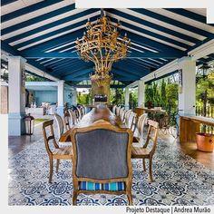 Uma casa de fazenda dos sonhos!!! Um ambiente aberto de deve render maravilhosos almoços de domingo. Destaque para as vigas em madeira azul marinho e a paginação do piso com ladrilho hidráulico.  Por Andrea Murão. Ad Pinterest/ arqdecoracao @arquiteturadecoracao @acstudio.arquitetura #arquiteturadecoracao #olioliteam #instagrambrasil #decor #arquitetura #adsalajantar #almoco #domingo #casadefazenda