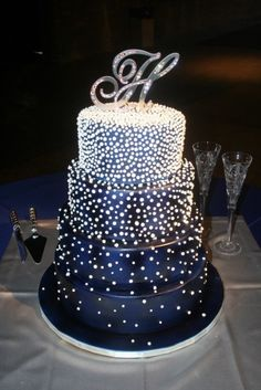 Dream wedding ideas: midnight blue wedding cake with sparkles. What an amazing piece of art! Must have one! Unfortunately no recipe available :(  | followpics.co