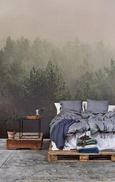 Faites venir la beauté naturelle directement dans votre maison avec ce design de forêt en papier peint. Oubliez les têtes de lit, cette murale est une superbe alternative.