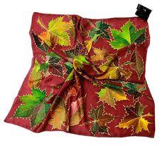 Pañuelo pintado a mano en Seda 100% Natural, Pongée Pertenece a la colección Hojas. Las hojas son las auténticas protagonístas de este pañuelo que se disponen de forma aleatoria como recién caídas en el suelo. Medidas 90 x 90 cms