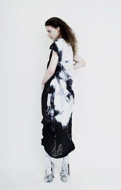 Sans coutures  Anita Hirlekar sont feutrés à la main et mélangent impression et construction textile, en s'inspirant de la peinture de Rothko et de Richter.
