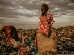 """No final do dia, as mulheres têm permissão para vasculhar no aterro sanitário, explica o fotógrafo Micah Albert ao comentar seu primeiro prêmio na categoria pessoas, de título \""""Entre os Escavadores\"""" Foto: National Geographic/Micah Albert / BBC"""