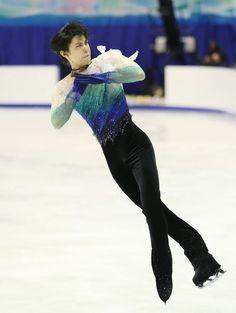 NHK杯フィギュアの男子フリーで4回転ジャンプを決める羽生結弦。ショートプログラム(SP)に続いてフリーも197.58…