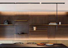 Diseño de interiores, diseño de comedor, librero de madera iluminado