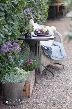 Bistro table/wicker chairs