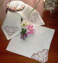 Filet Crochet, Crochet Lace, Sicilian, Diy And Crafts, Napkins, Projects To Try, Bread Baskets, Crochet Table Runner, Embroidered Towels