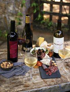 nice spread! Schönes italienische Essen mit Wein Antipasti Salami im Hof (Casa Italia)