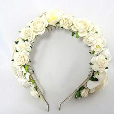 Blomsterkrans / blomsterkrone med hvide roser og blomster