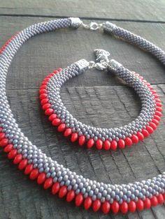 Glow Necklace, A Brilliant Glow Jewelry Item Bead Crochet Patterns, Bead Crochet Rope, Beaded Jewelry Patterns, Beading Patterns, Seed Bead Necklace, Beaded Necklace, Beaded Bracelets, O Beads, Pearl Necklace Designs