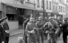Ethnic German citizens in Belgium welcome the arrival of invading German soldiers with pints of beer and Nazi salutes in Malmedy. The Belgian municipality of Malmedy was part of the German Rhine Province of Prussia but was annexed and then ceded to Belgium in 1920 during the Treaty of Versailles. While the majority of the citizens of Malmedy are ethnically Walloons (French speaking Belgians), there is still a rather large minority of ethnic Germans. Malmedy, Liège, Wallonia, Belgium. May…