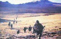"""La muerte del legendario """"Perro"""" Cisnero y el milagro que le salvó la vida a su camarada y héroe de Malvinas - Infobae Mountains, History, Nature, Travel, Two Sisters, Enemies, Viajes, Traveling, Historia"""