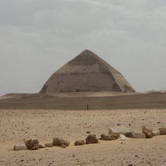 """E o post de hoje no blog """"Viajar correndo"""" é sobre Saqqara e Mênfis. Essa é a pirâmide romboide (ou Pirâmide Curvada) de Dahshur. Quer saber mais sobre ela? Corre lá no blog. Link na bio do Insta... #viajarcorrendo #viagem #trip #instatravel #instabloggers #blogsdeturismo #blogsdeviagem #globetrotter #wanderlust #worldtraveller #retrip #viciadaemviagem #maniadeviagem #quetalviajar #egypt #egito #piramide #dahshur #saqqara #memphis #menfis #ramsesii"""