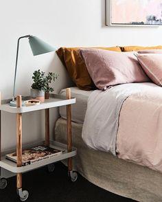 Block Servierwagen von Normann Copenhagen. Schmucker Nachttisch mit zwei Ablagen, der auch für das sonntägliche Frühstück im Bett verwendet werden kann https://www.ikarus.de/marken/normann-copenhagen.html