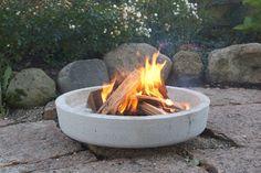 Støber du et bålfad i to murerbaljer, behøver du ikke at byg Concrete Crafts, Concrete Projects, Concrete Garden, Table Beton, Beton Design, Fire Bowls, Dream Garden, Garden Inspiration, Garden Furniture