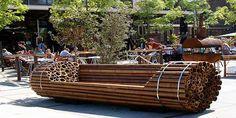 Goodkope bamboe bank.  Alles wat je nodig hebt zijn cilindrische objecten en enkele spankabels. Om het object makkelijk te verplaatsen is het aan te raden holle materialen te gebruiken zoals bamboe of pvc buizen.
