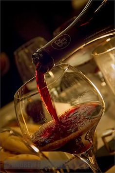 Why is it that you only pour a relatively small amount of wine into a wine glass? Find out with these wine pouring instructions. White Wine, Red Wine, Whisky, Wine Lovers, Just Wine, Pouring Wine, Wine Vineyards, Wine Photography, Night Photography
