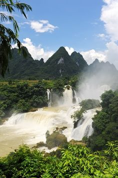 The Detian Waterfall crosses the boundary between China and Vietnam and joins with the Banyue Waterfall in Vietnam being making it the World's Second Largest Transnational Waterfall.