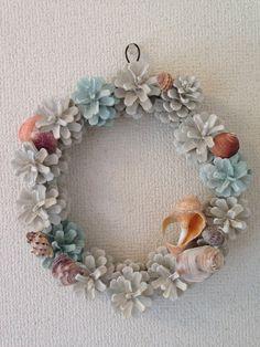 天然の松ぼっくりを一つ一つ丁寧に色付けし貝殻をあしらった夏色リースです♪ 世界に一つしかないユニークなあなただけのリースです♥ホワイトと薄いグリ...|ハンドメイド、手作り、手仕事品の通販・販売・購入ならCreema。