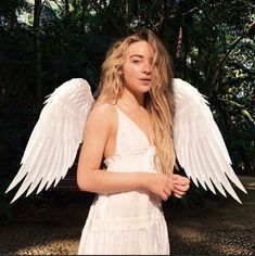 Even though I know the wings are edited she does look like an angel. angel halloween costumes : Even though I know the wings are edited she does look like an angel. Angel Halloween Costumes, Halloween Outfits, Celebrity Halloween Costumes, Cute Angel Costume, Angel Wings Costume, Sabrina Carpenter Style, 3 People Costumes, Costumes Kids, Costume Ideas