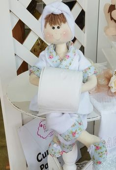 boneca porta papel higiênico Hobbies And Crafts, Fun Crafts, Diy And Crafts, Towel Crafts, Homemade Toys, Craft Items, Doll Patterns, Doll Toys, Diy Tutorial