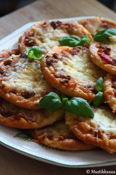 Pienet+jauhelihapiirakat+(Pikkupitsat) Savory Pastry, Savoury Baking, Finnish Recipes, Sandwich Cake, Sweet And Salty, I Foods, Vegetable Pizza, Food Inspiration, Salad Recipes