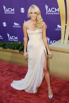 ACM Awards 2012: Carrie Underwood gives Jolie-ing a shot