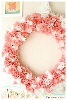 Cute giant DIY pink & white wreath, made from a swim noodle and crepe paper - lovely for a girls' room or nursery :) Must put a big white letter in it! #howto #wall #decore #kids