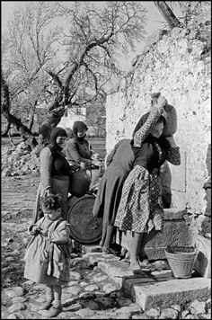 1955 ~ Women in Crete (photo by Erich Lessing) Old Pictures, Old Photos, Vintage Photos, Greece Photography, Street Photography, Greek Independence, Old Greek, Crete Island, Greek History
