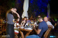 Επειδή το γεύμα πρέπει να συνοδεύεται από οινοποσία, φροντίζουμε να σας σερβίρουμε το κρασί σας όπως πρέπει, για να γίνετε ειδικοί στην…οινογευσία!