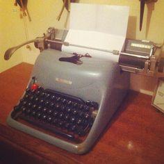 M'amuse comme une petite folle à l'atelier ! #vintage #lucinevintage #olivetti #olivettitypewriter lucinevintage.com
