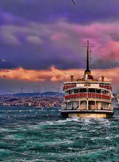 Istanbul Sıkılmıştım ben de biraz Hep aynı yerde durmaktan Yanında olmak varken Hep arkanda koşmaktan  Beni bu kentte tutan Boğazı değil, geçmişimdir Sen nasıl gidiyorsun Hep merak etmişimdir  Yarın sabah Geri gelmeyecek misin Ben mi kalkayım yoksa Çayı sen demleyecek misin  Madem öyle Lafı uzatmaya gerek yok Ben mi öleyim yoksa Ateş edecek misin  Rahatsız ediyorum ama Çiçeğe su verdin mi Evet bunun için aradım Başka ne olabilir ki?  Ha bir de yola çıktığın zaman Hangi…