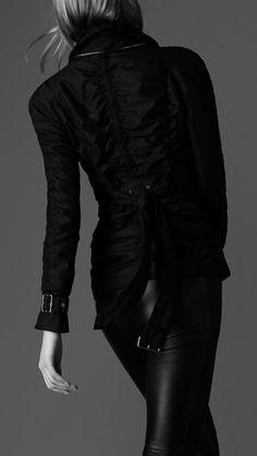 Burberry in black Fashion In, Dark Fashion, Street Fashion, Fashion Women, Back To Black, Black And White, Total Black, Vogue, Fendi