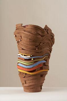 Linda Dangoor ~ Ribbon-like sculpture vessel Ceramic Pots, Ceramic Clay, Porcelain Ceramics, Ceramic Pottery, China Porcelain, Pottery Sculpture, Sculpture Clay, Vases, Sculptures Céramiques