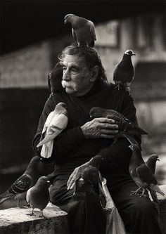 Man posing with pigeons: Photo by Bjørn Sagen. Black And White Portraits, Black White Photos, Black And White Photography, Old Photos, Vintage Photos, Street Photography, Portrait Photography, People Of The World, Belle Photo