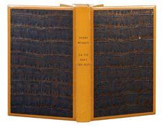 MICHAUX (Henri)    LA VIE DANS LES PLIS. Paris, Gallimard, 1949. In-12, demi-box havane, encadrant sur les 2 plats un papier métallisé façonné, couverture et dos conservés, étui (Leroux).