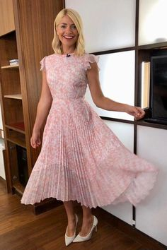 - Photo - Holly Willoughby has worn some gorgeous summer dresses on This Morning and Celebrity Juice in Take a look through her top looks here… Holly Willoughby Outfits, Holly Willoughby Style, Sexy Bluse, Best Summer Dresses, Poses, Look Chic, Mode Inspiration, Classy Outfits, The Dress