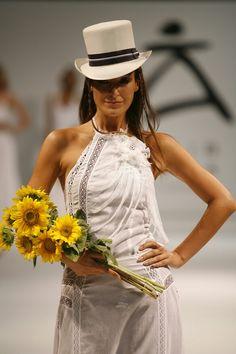 Novia Ibicenca Adlib cuerpo efecto draping de puntillas...fondo granate Panama Hat, Hats, Fashion, Garnet, Boyfriends, Style, Moda, Hat, Fashion Styles