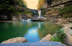 Águas verdes e cristalinas e uma paisagem tranquila esperam o visitante em Cummins Falls, no Tennessee (EUA) #momondo
