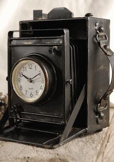 Camera Clock; Love this vintage look.