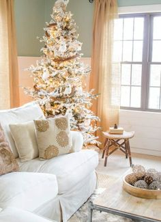 Holiday Home Décor #upholsteryfabric #tapiceria #fabric #fabrics #telas #textiles #christmasdecor #holidaydecor #decor #homedecor #christmasfabric #upholstery #couch #chair #curtain #stocking #burlap #jute #drapery #texturedfabric #homedecorfabrics