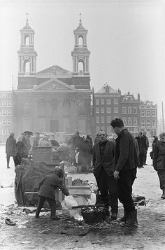 Fire pots to fight the cold on the Waterlooplein flea market in Amsterdam. In the background the Mozes en Aäronkerk. Amsterdam Holland, Amsterdam City, Still Photography, Street Photography, Fire Pots, Amsterdam Things To Do In, Old Pictures, Netherlands, Dutch