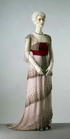 Evening Gown The House of Worth, 1910 Paris From: The Victoria & Albert Museum - looks like the dress Rose wore in Titanic! Edwardian Clothing, Edwardian Dress, Antique Clothing, Edwardian Fashion, Vintage Fashion, Edwardian Era, Victorian Era, Vestidos Vintage, Vintage Gowns