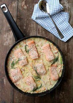 Heisann! Eg er veldig glad i middager dei fleste ingrediensene er i en og samme plass, som i steikepanna eller form i ovnen. Dagens middag er en laksepanne med krema parmesansaus, der både laksen, grønnsakene og sausen er i samme panne. Det einaste man eventuelt treng i tillegg er tilbehør i form av ris, quinoa, … Shellfish Recipes, Seafood Recipes, Dinner Recipes, I Love Food, Good Food, Yummy Food, Norwegian Food, Fish Dinner, Food Is Fuel