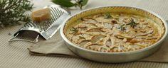Quiche di pasta brisée farcita con dadini di pera e fettine di provolone, decorata con lamelle di mandorle.